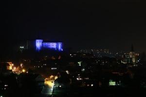 Škofjeloški grad - modro osvetljen
